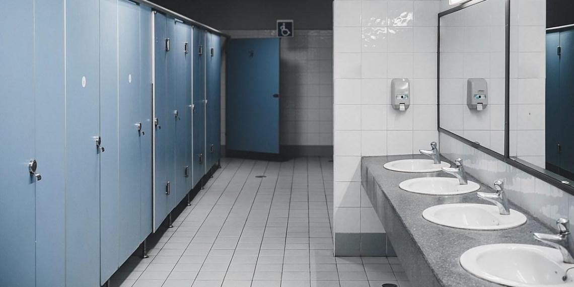 Возбужденного гея поймали в московском туалете на проделывании дыр для секса с незнакомцами