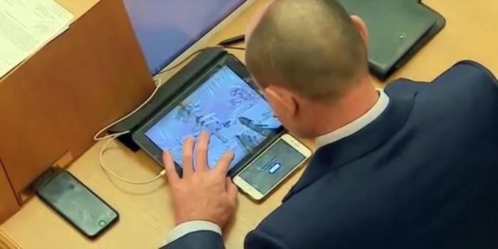 Депутат Заксобрания Свердловской области во время заседания играл сразу на двух гаджетах