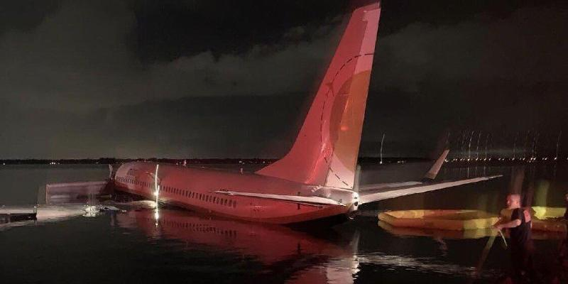 В США Boeing 737 с военными упал в реку
