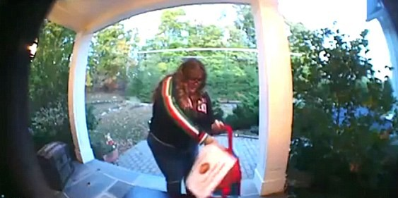 Тучная американка украла у детей конфеты в Хеллоуин