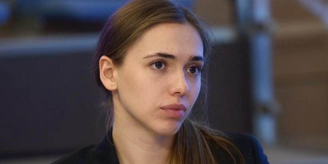 Глава Росмолодежи предложила отказаться от одноразовых масок и бумажных визиток