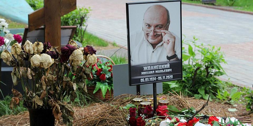 СМИ рассказали о заброшенной могиле Михаила Жванецкого без креста и оградки