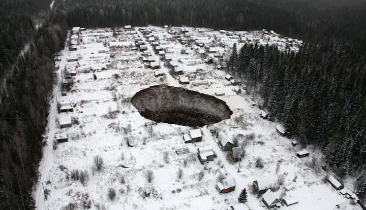 Вид на Провал: в земле около Соликамска появилась огромная воронка