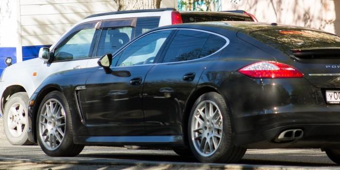 Из Porsche московского контролера парковки украли вещи на полмиллиона рублей