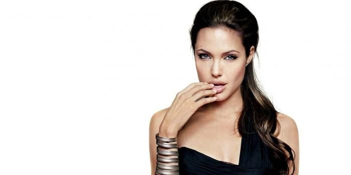 Анджелина Джоли встретилась со священником без лифчика