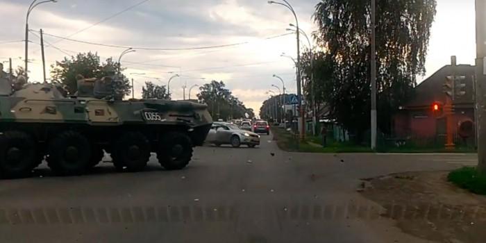 В Кемерове столкнулись легковушка и БТР
