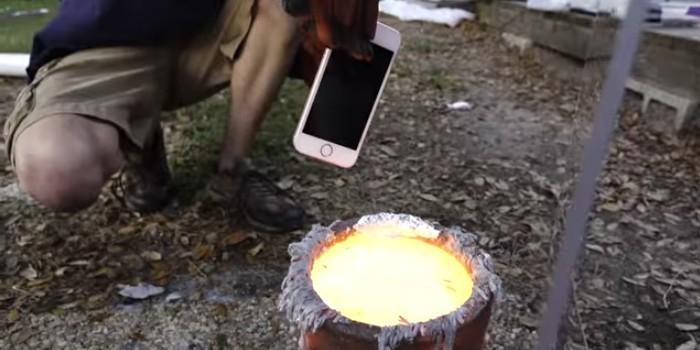 Видеоблогеры сварили iPhone в металле