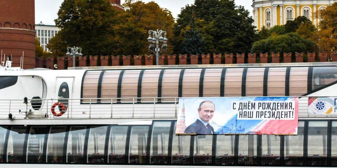 Баннер с поздравлением Путина с днем рождения вывесили на теплоходе на Москве-реке
