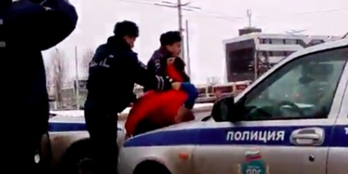 В Новгороде сотрудники ДПС сломали инвалиду протез руки