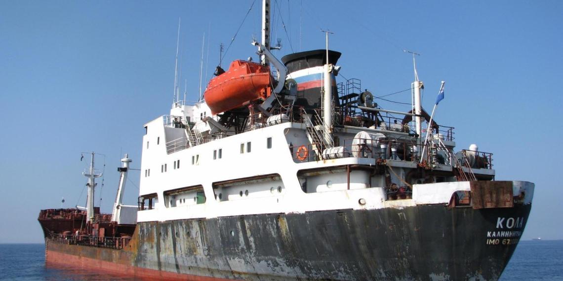 Сухогруз врезался в российский военный танкер в Суэцком канале