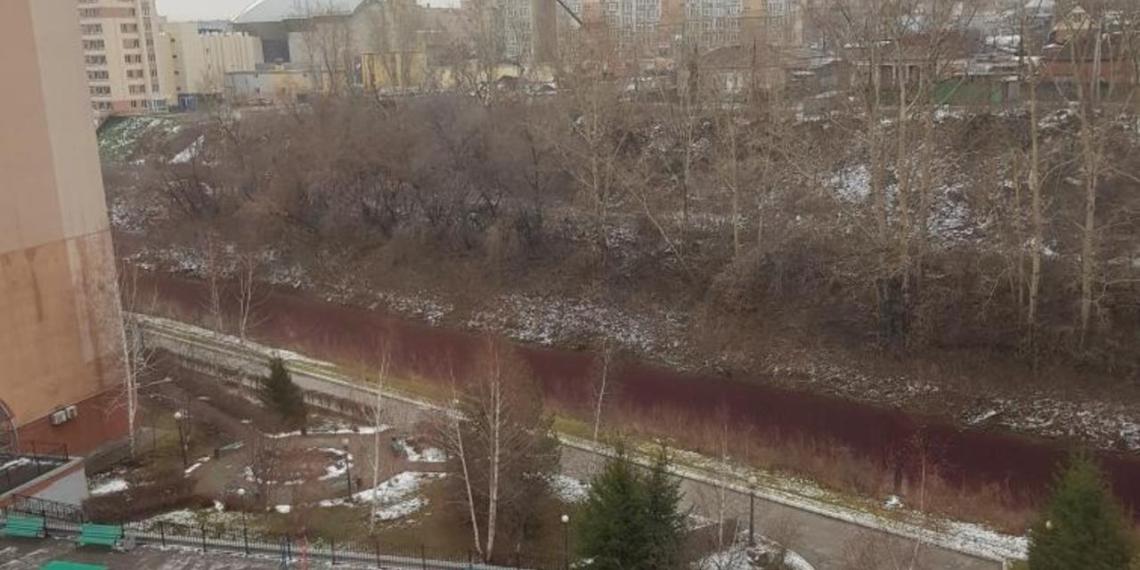 Кемеровчане сняли покрасневшую реку в центре кузбасской столицы