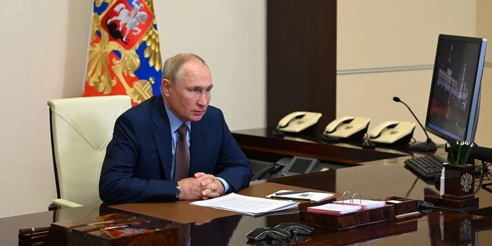 Президент РФ поддержал идею ввести традицию поднимать российский флаг в школах
