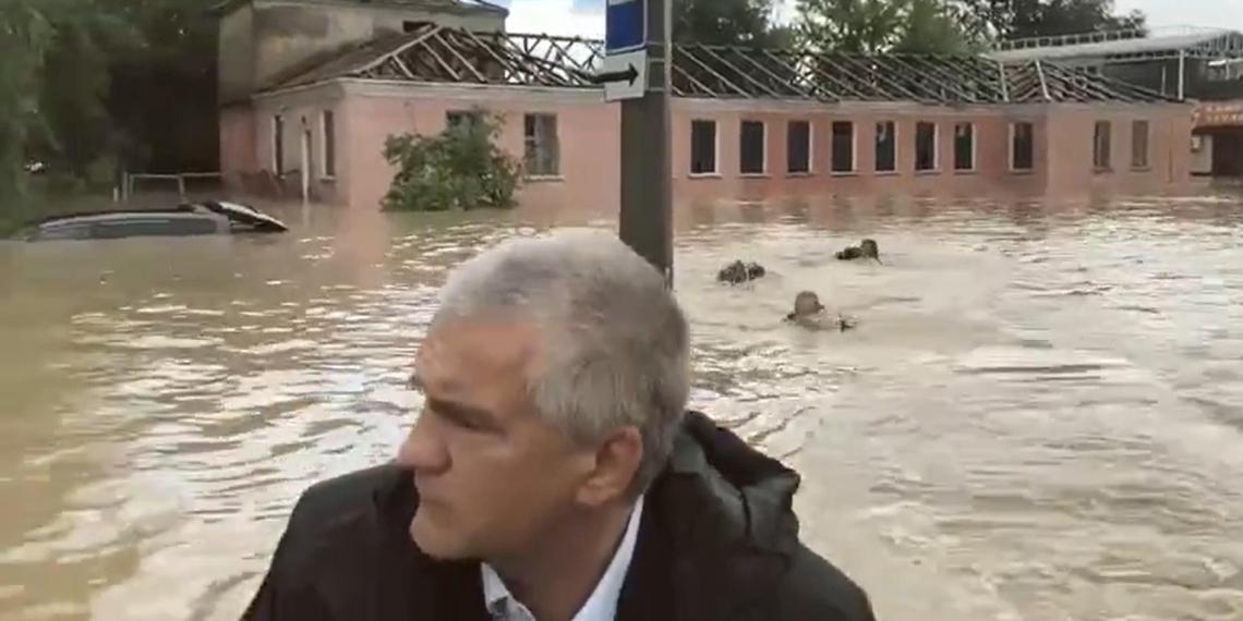 Заплыв неизвестных людей за лодкой Аксенова попал на видео