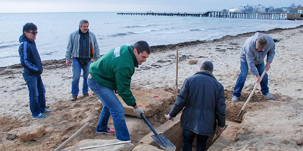 Прохожий нашел дохристианскую могилу на пляже в Крыму