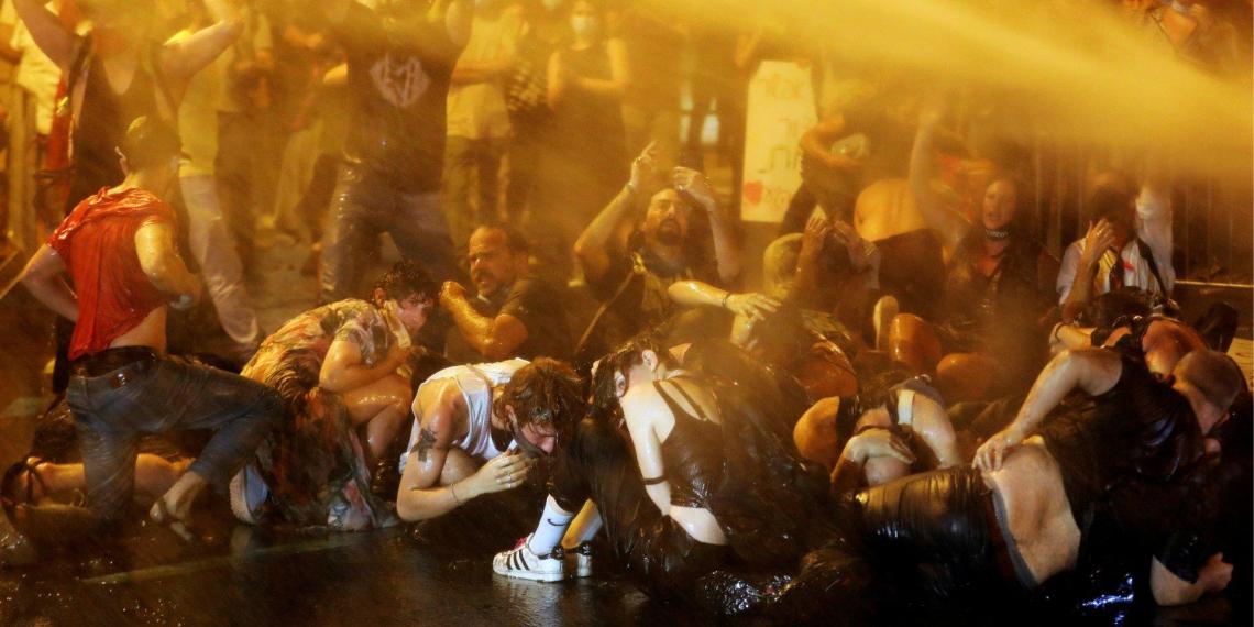 Жесткий разгон демонстрантов водометами у резиденции Нетаньяху попал на видео