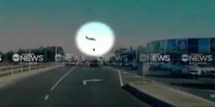 Падение самолета на ТЦ в Австралии попало на видео