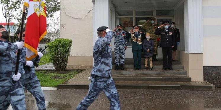 Белгородские росгвардейцы провели персональный парад для ветерана