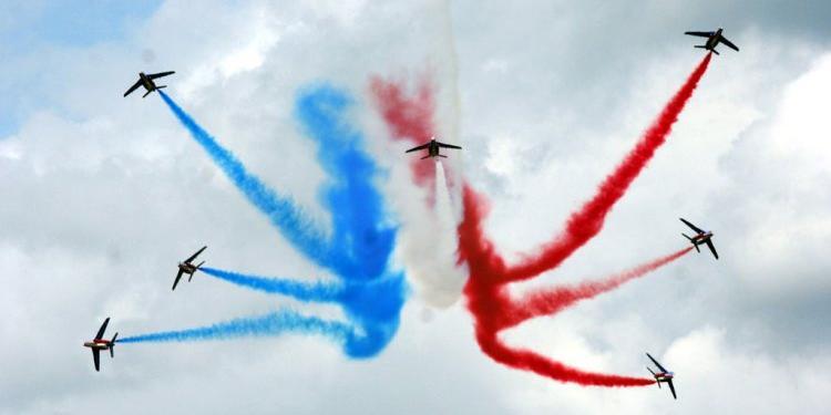 Французские асы перепутали цвета своего флага во время праздничного полета над Парижем