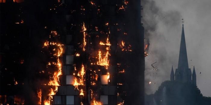 Появились кадры пожара 27-этажной жилой башни на востоке Лондона