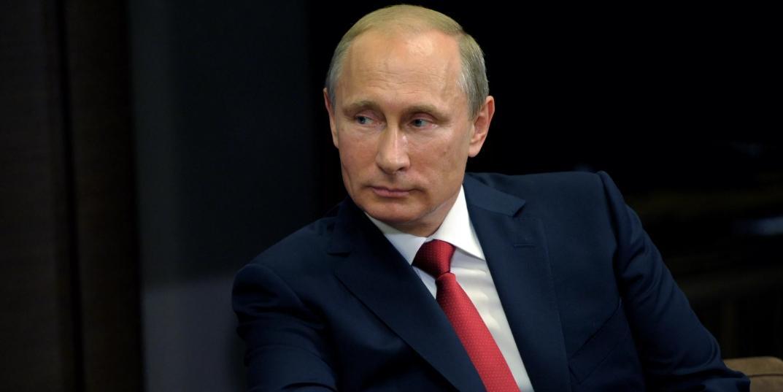 Путин продлил выплаты медикам и соцработникам