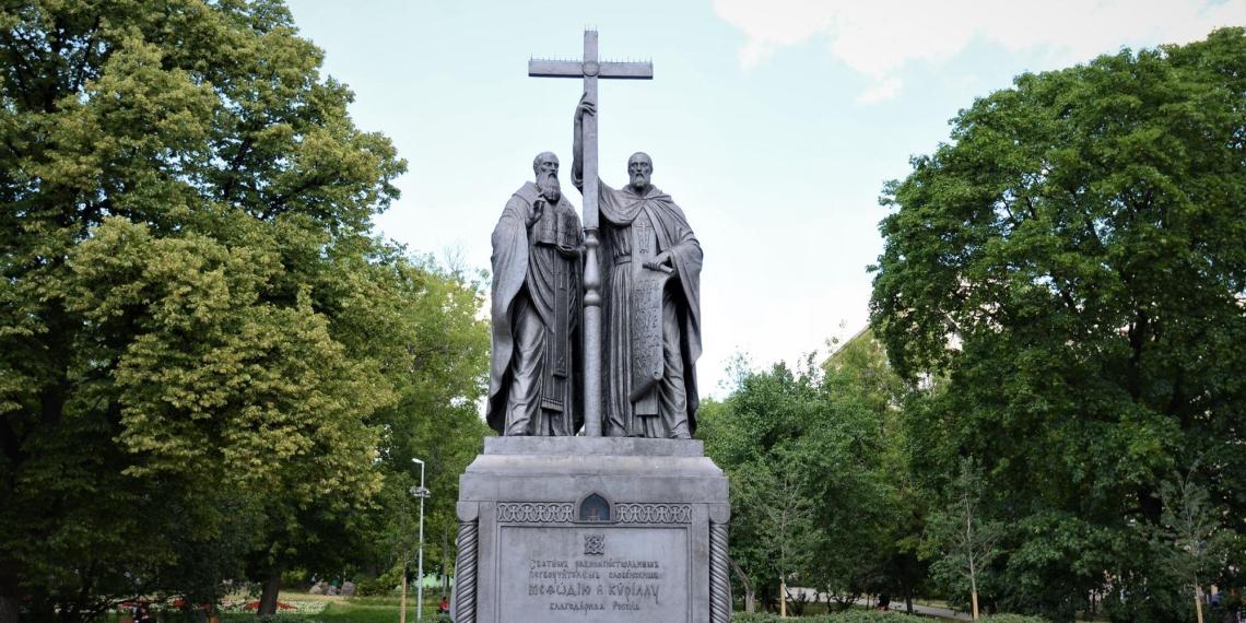 Москвичи выпили с неизвестными у памятника Кириллу и Мефодию, после чего очнулись в Бутово без вещей и с кредитом