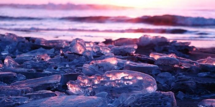 На побережье Хоккайдо каждый год выносит лед, похожий на драгоценные камни