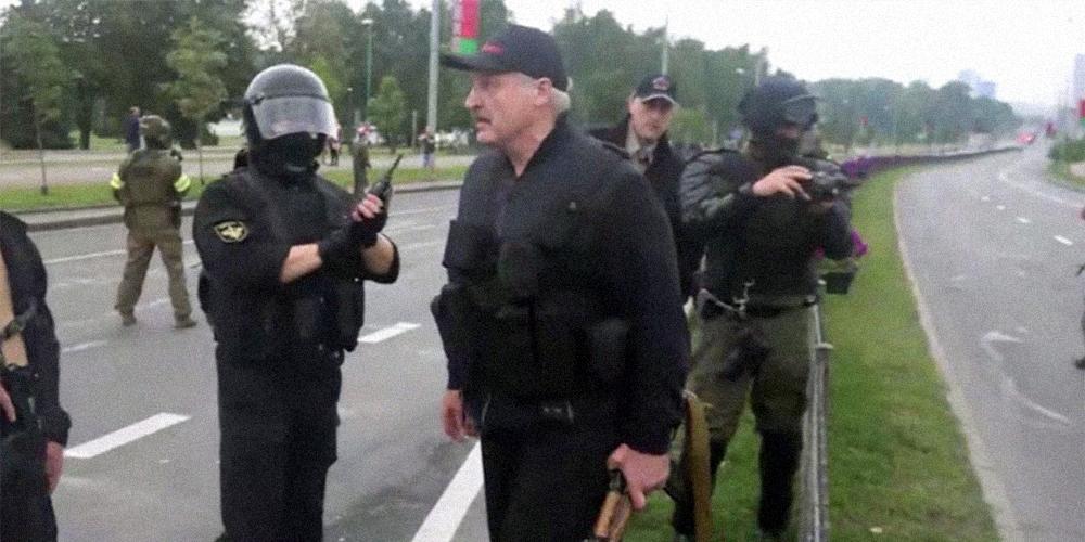 """""""Серьезно, с автоматом?"""": появилось видео, на котором охранявшие Лукашенко омоновцы смеются над ним"""