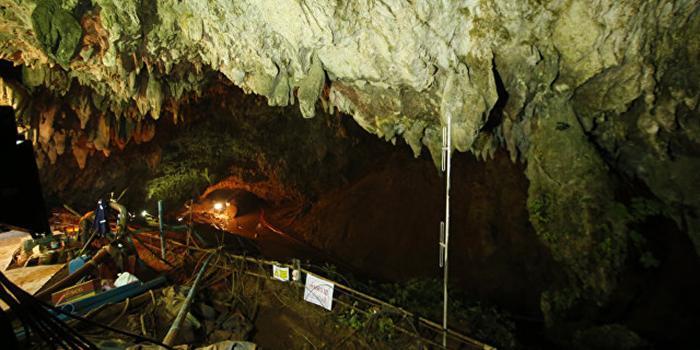 Из затопленной пещеры в Таиланде спасли первых двух детей