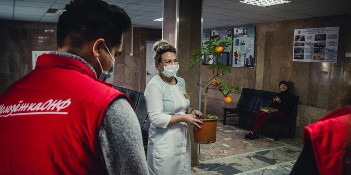 """Команда """"Молодежки ОНФ"""" поздравила медсестер больниц с профессиональным праздником"""