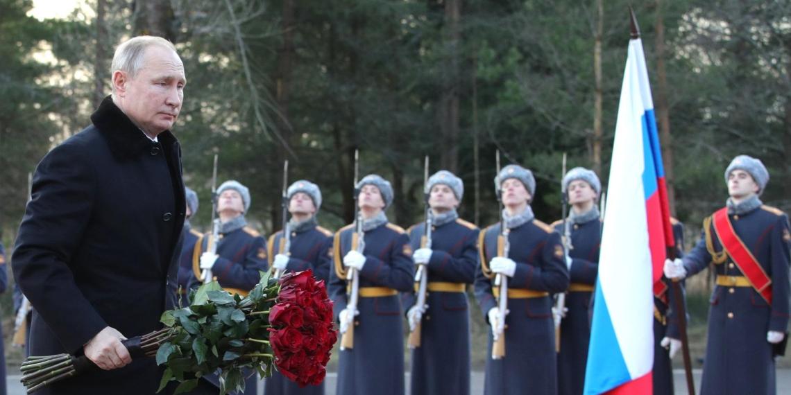 """Путин возложил цветы к монументу """"Рубежный камень"""" в Ленобласти"""