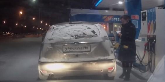 Автолюбительница из Сургута случайно подожгла на заправке свой автомобиль