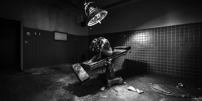 """""""Обнаженные США"""": фотограф снял голых моделей на фоне разрухи"""