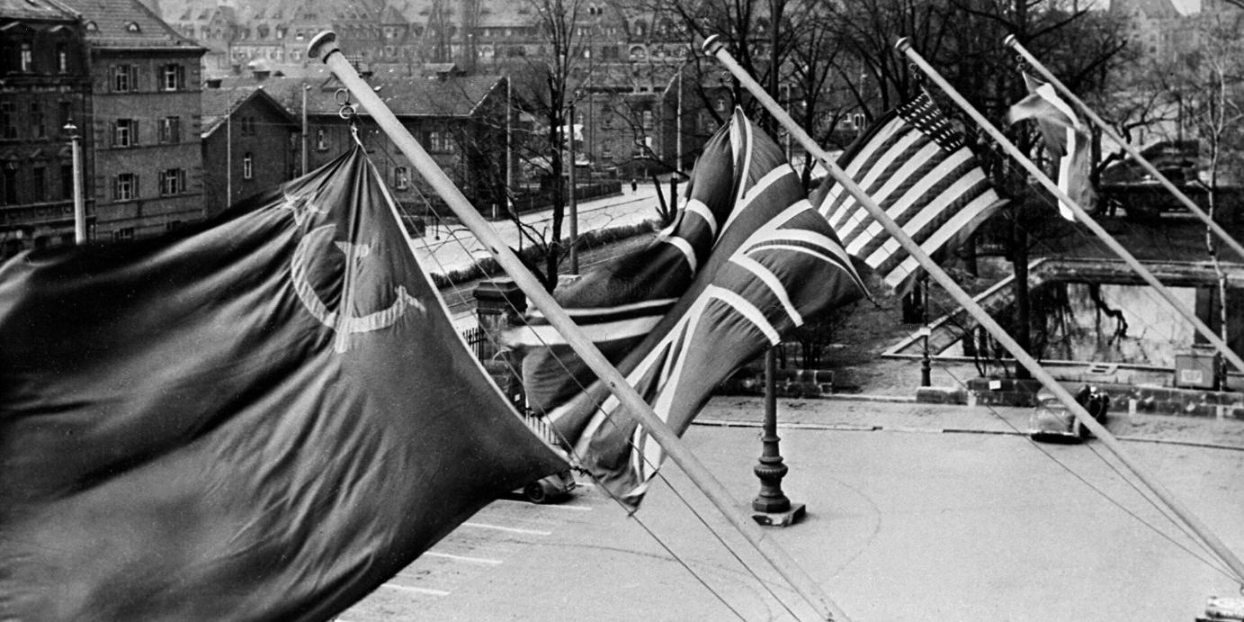 """Выставка фотографий Евгения Халдея """"Война и мир"""" открылась в Германии"""