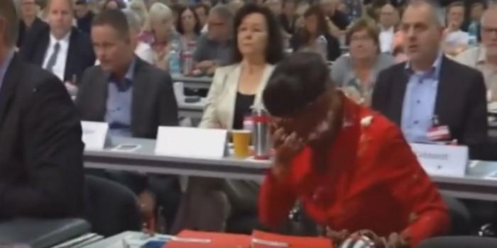 """В Германии бросили тортом в лидера партии """"Левые"""" Сару Вагенкнехт"""