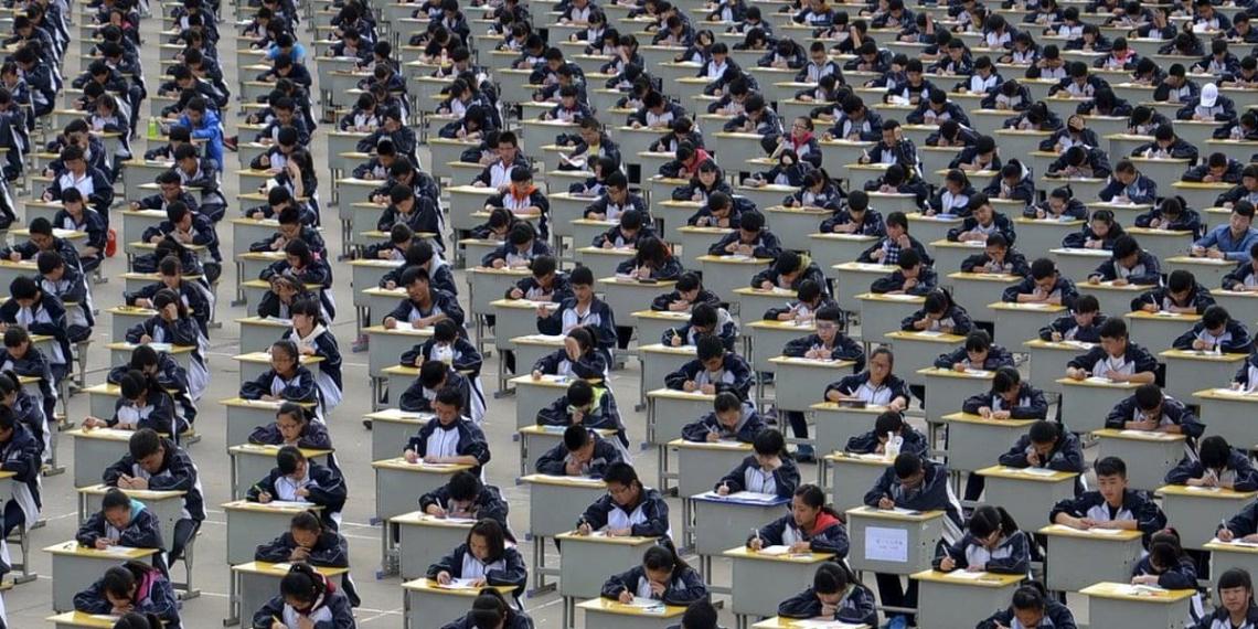 Китайским школьникам начали вшивать в форму отслеживающие чипы