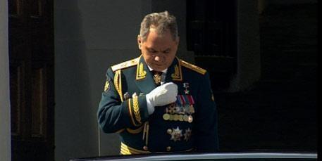 СМИ объяснили, почему Шойгу перекрестился на параде Победы