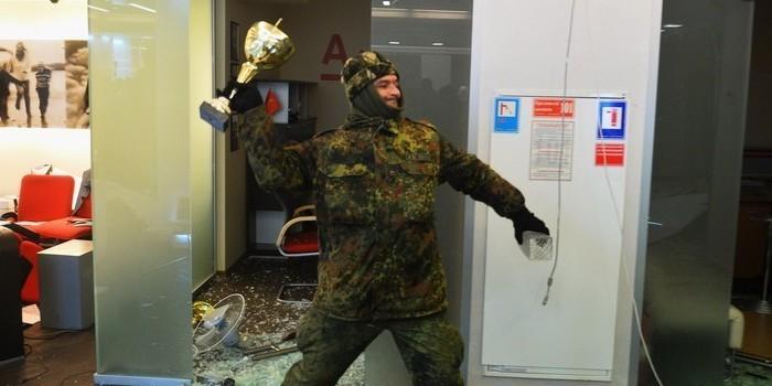 Порошенко обвинил российскую пропаганду в погроме банков на Украине