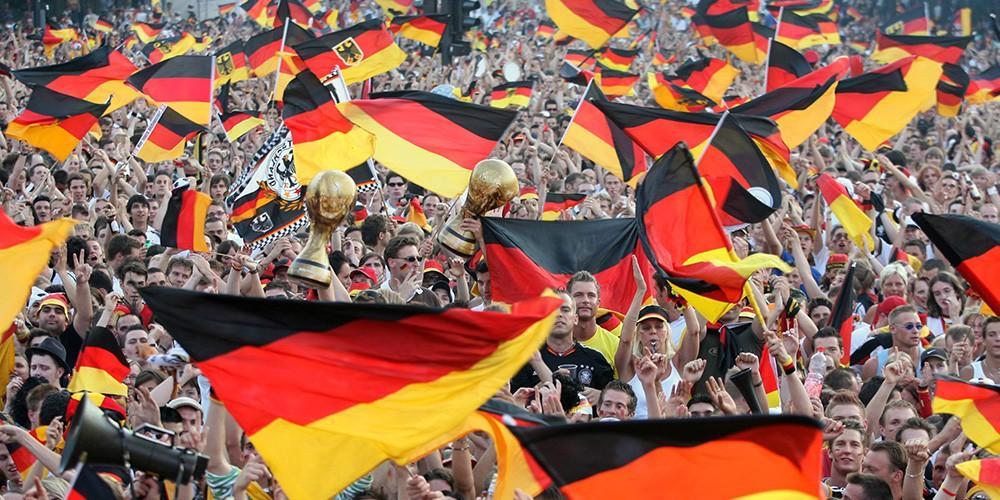 Немецкие болельщики в ходе ЧМ-2018 демонстрируют недовольство Меркель