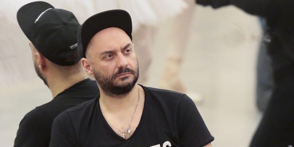 """Серебренников пришел в суд в футболке с надписью """"Русь, чего ты хочешь от меня?"""""""
