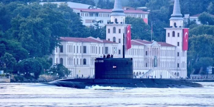 """СМИ опубликовали кадры новейшей подлодки """"Старый Оскол"""" в Босфоре"""