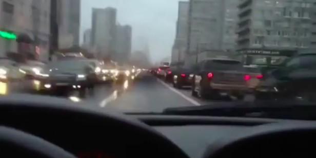 """ГИБДД изучает видео с ездой автомобилиста по """"выделенке"""" на Новом Арбате"""