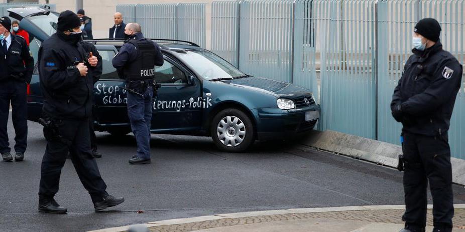 Берлинское здание ведомства Меркель атаковал автомобиль, разрисованный проклятиями