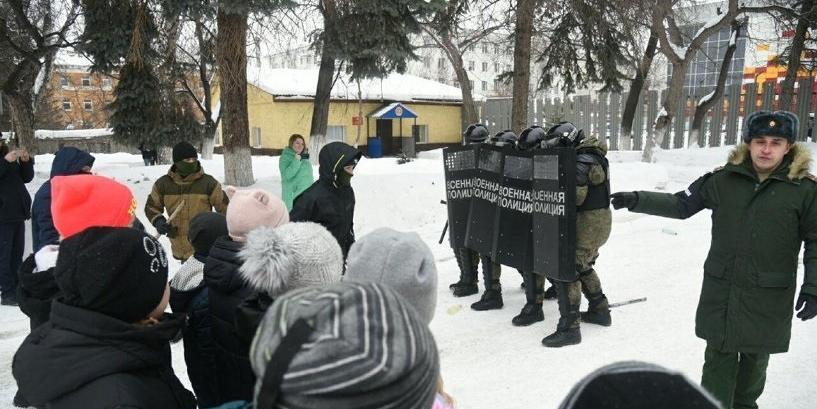В Екатеринбурге будущим юнармейцам показали, как разгонять митинги