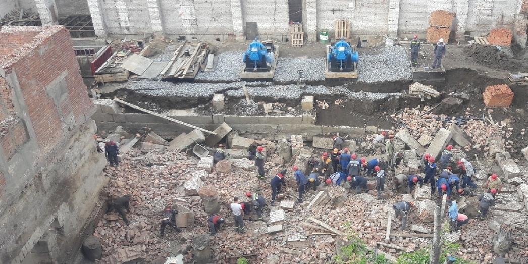 В Новосибирске на рабочих рухнула стена здания, есть погибшие