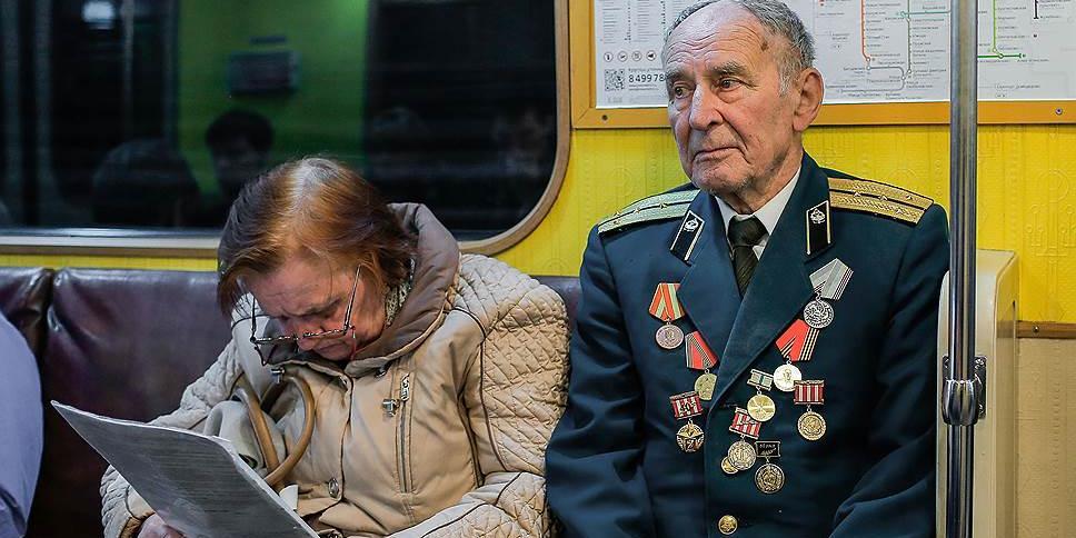 Психолог посоветовала москвичам не уступать места пожилым людям в метро