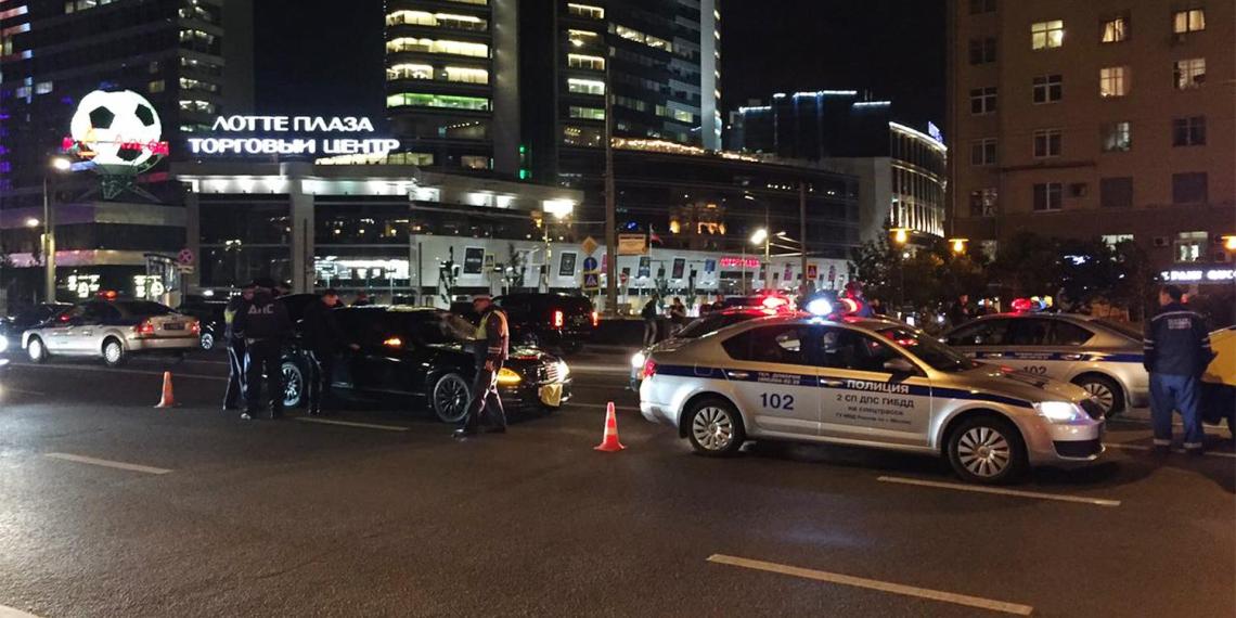 Опубликовано видео наезда правительственного Mercedes на сотрудника ГИБДД
