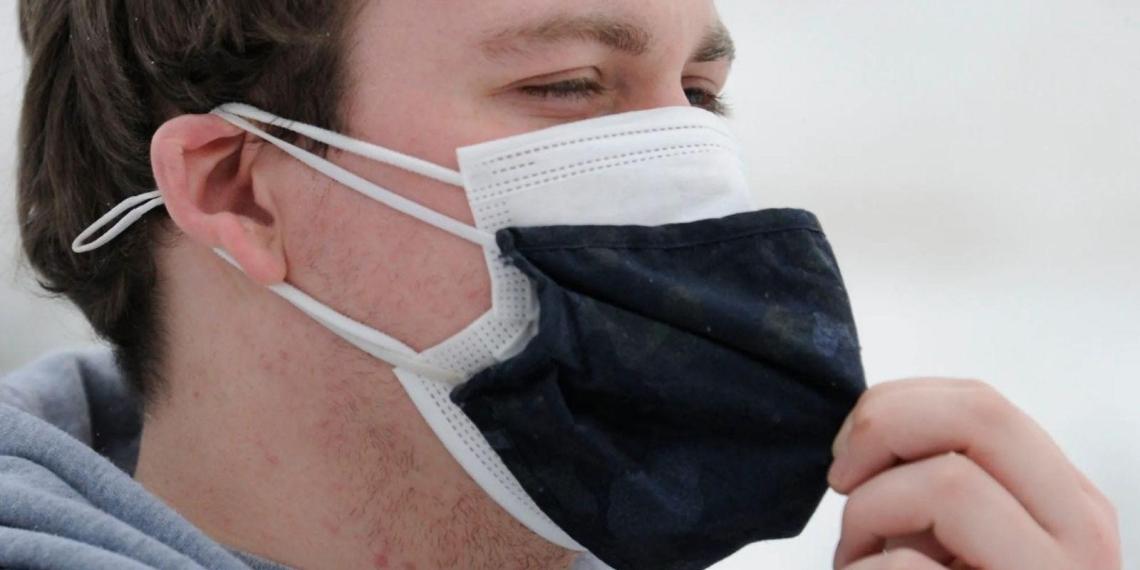 В Чехии жителей обязали носить две маски одновременно