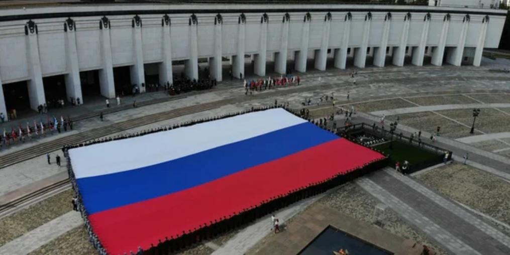 У стен Музея Победы развернули огромный триколор