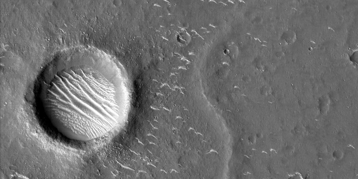 """Опубликованы новые снимки, присланные зондом """"Тяньвэнь-1"""" с орбиты Марса"""