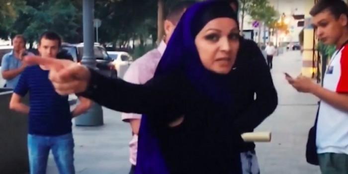 """СМИ узнали личность женщины в хиджабе, напавшей на активистов """"Стопхама"""""""
